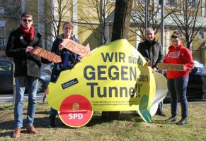 Dr. Jörn Retterath, Anna Lena Mühlhäuser, Christoph Petrik, Magdalena Siebert vor dem Plakat der CSU