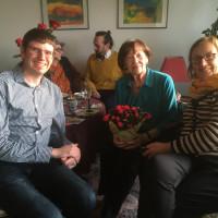 Jörn Retterath (links) und Ingeborg Zimmermann (rechts) gratulieren Marieluise Schweer (Mitte) zum 100. Geburtstag